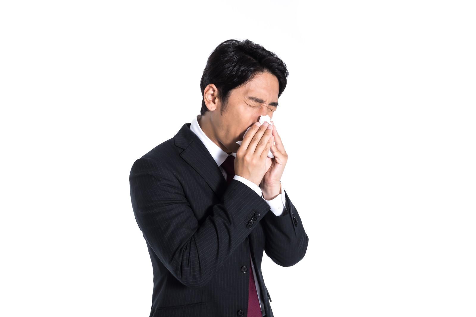 「くしゃみが止まらない会社員」の写真[モデル:大川竜弥]