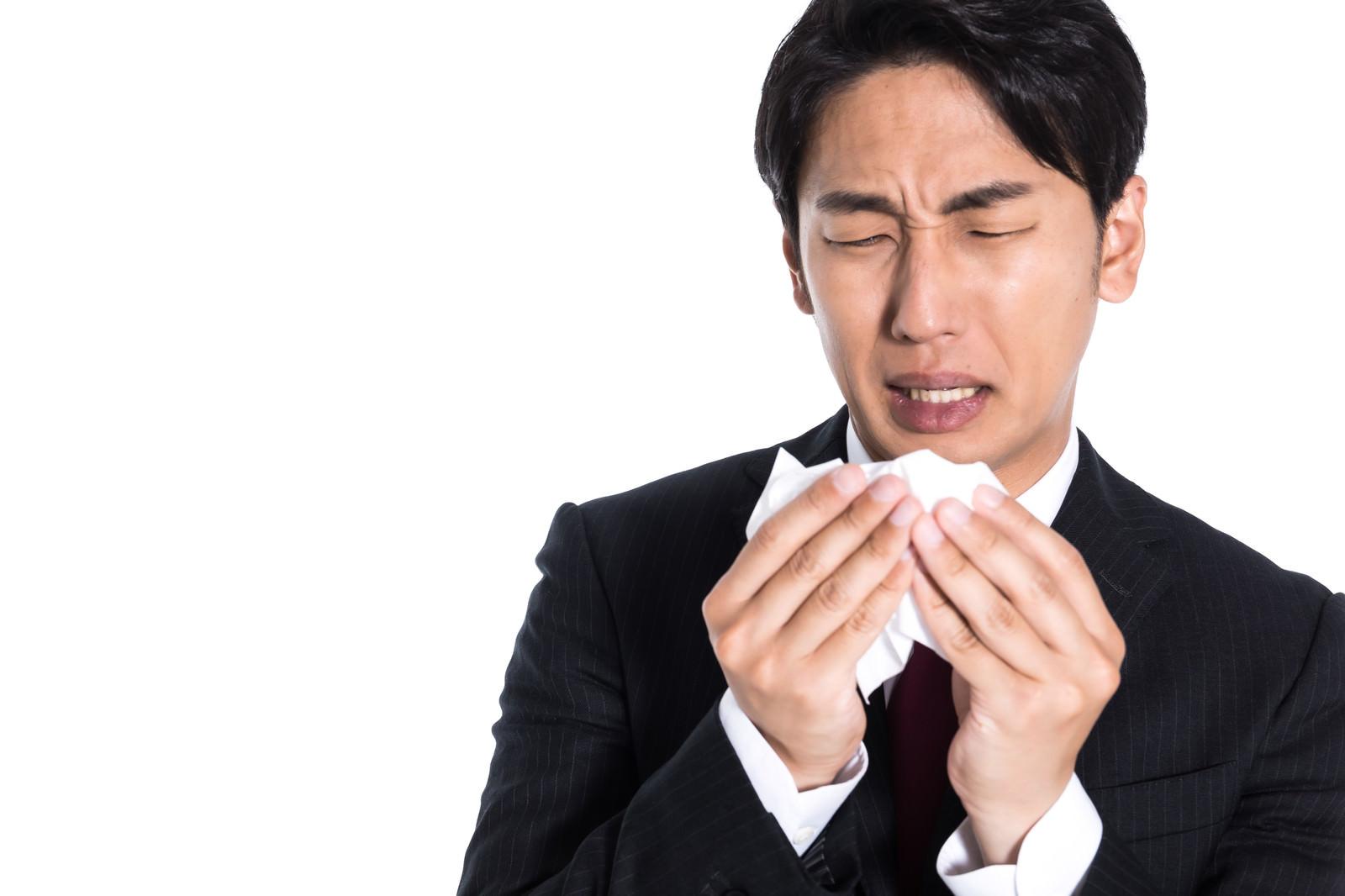 「ティッシュで鼻をかんだら確認する系」の写真[モデル:大川竜弥]