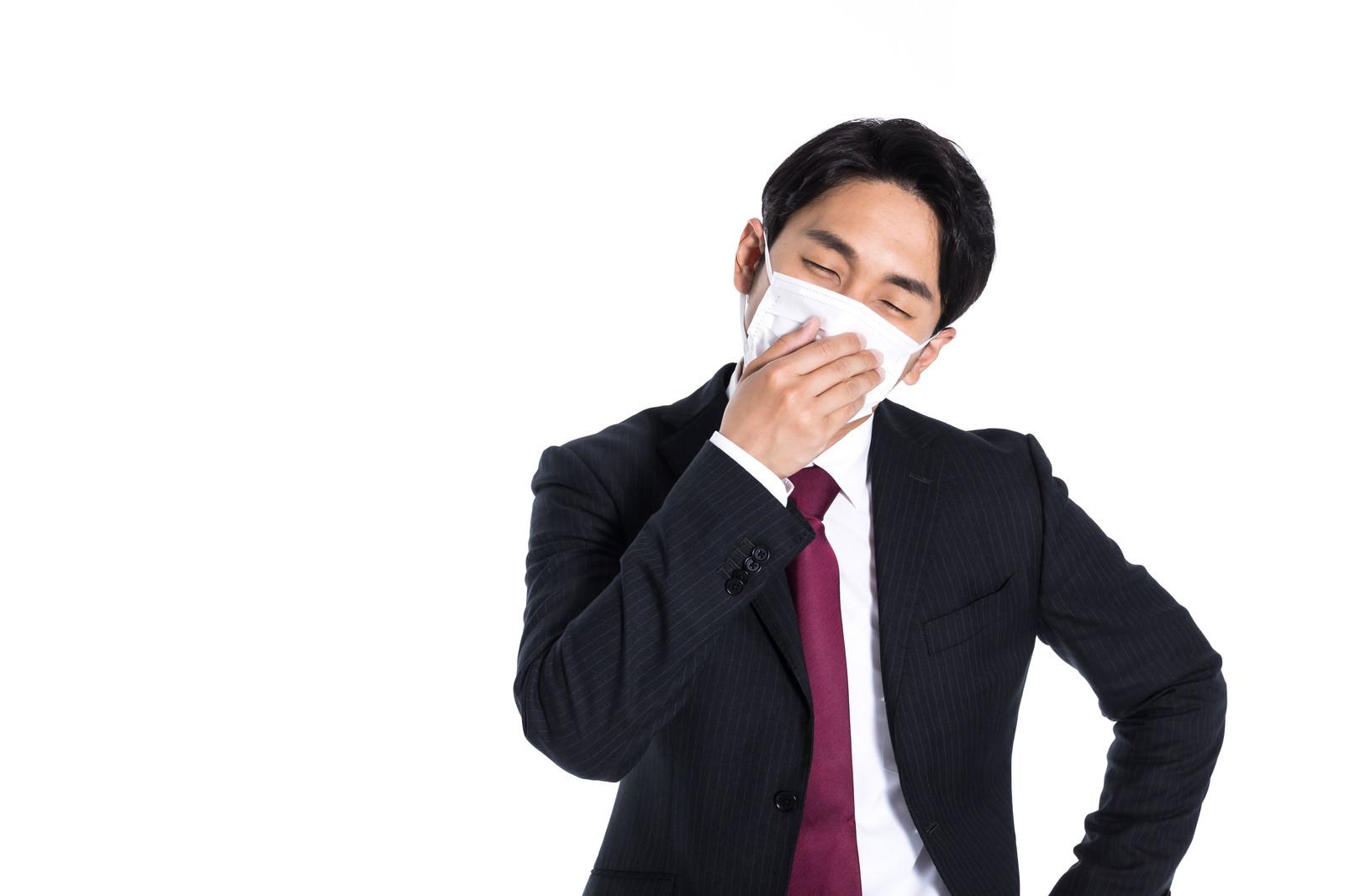 「マスク着用で出社しても気分が優れない会社員」の写真[モデル:大川竜弥]