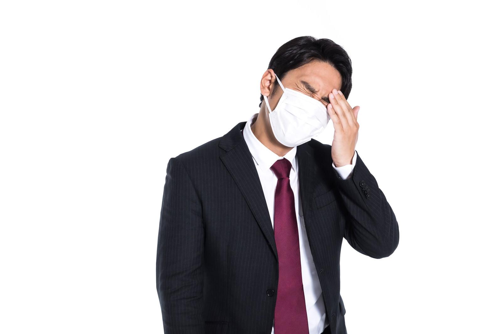 「微熱があるのでマスクを着用した会社員」の写真[モデル:大川竜弥]
