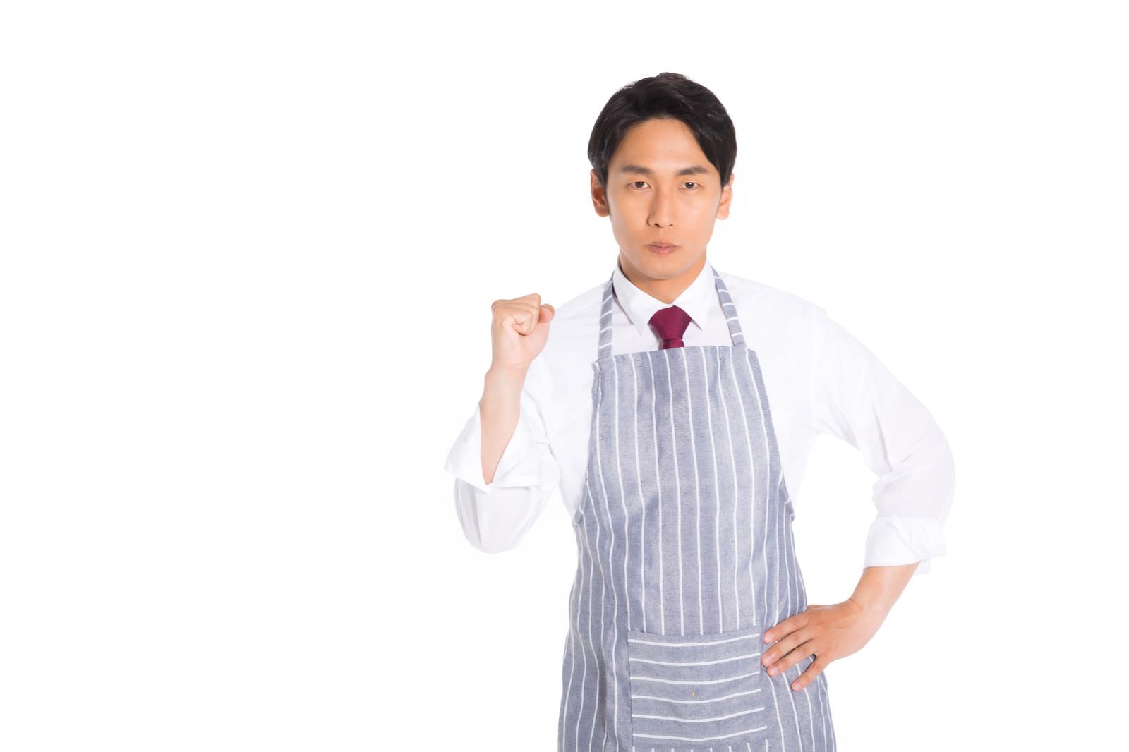 「スーツにエプロン男子が挑戦」の写真[モデル:大川竜弥]
