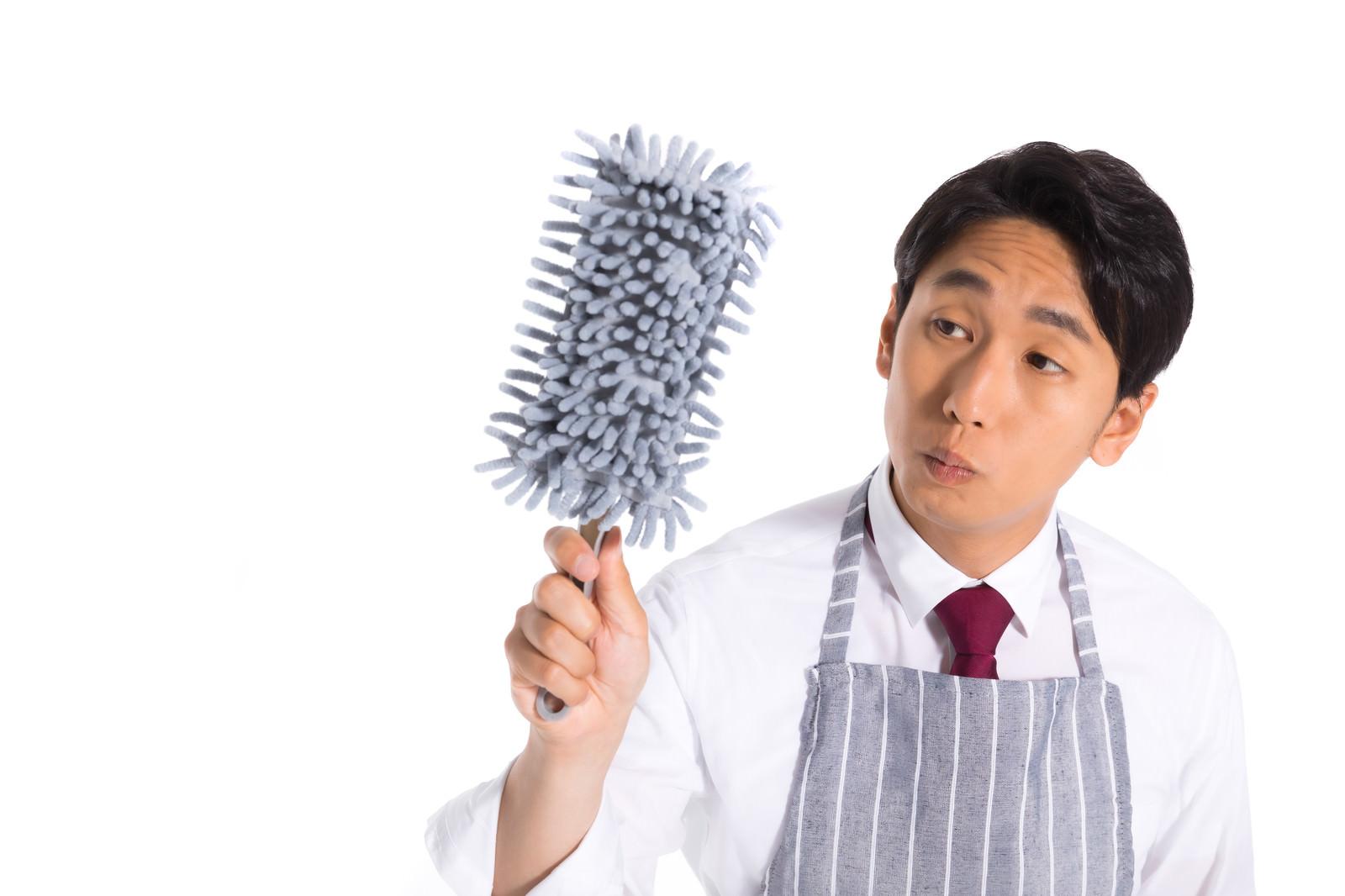 「ホコリが気になる会社員」の写真[モデル:大川竜弥]