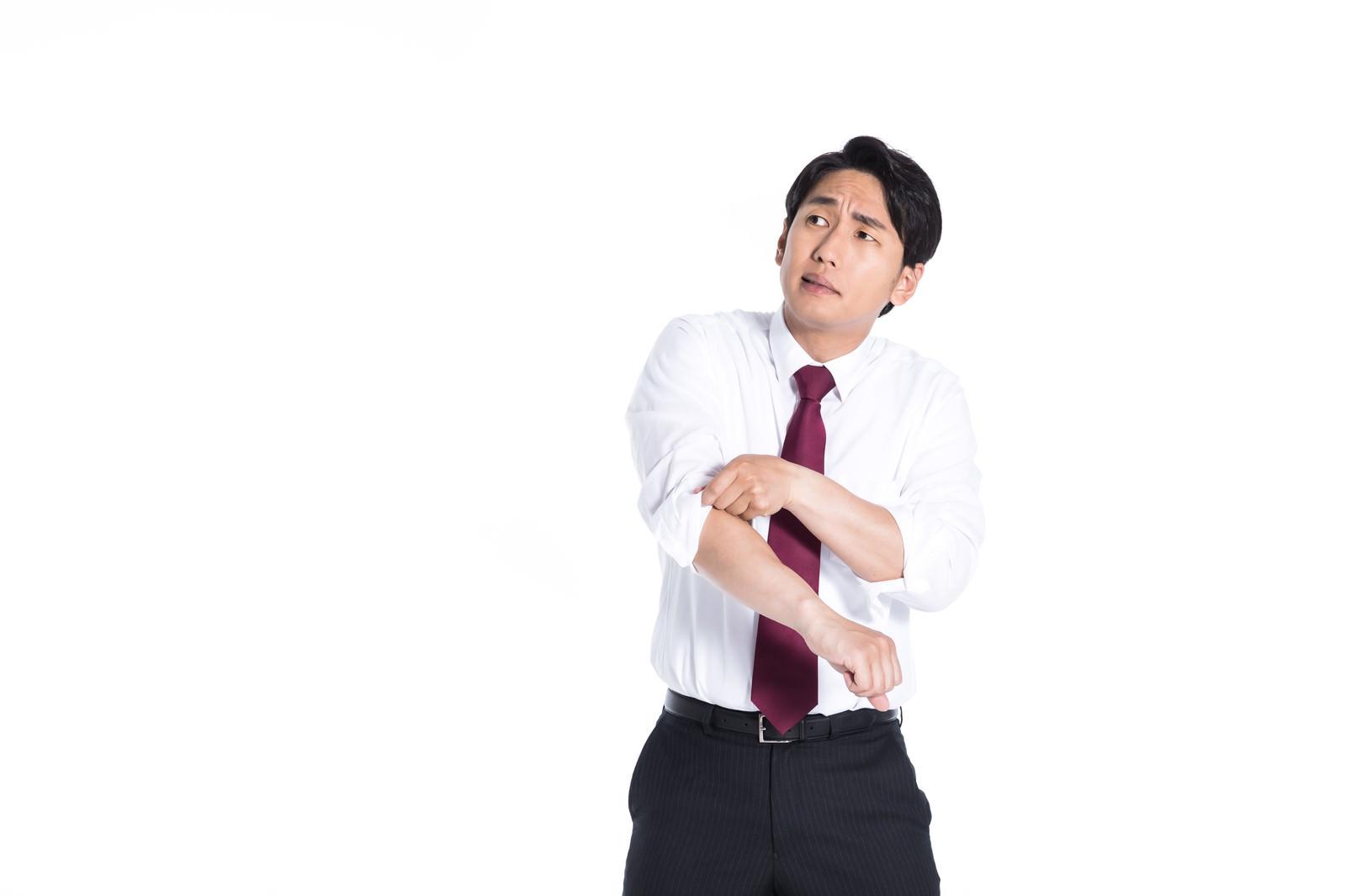 「いっちょ本気だしますか! 腕まくりする会社員」の写真[モデル:大川竜弥]