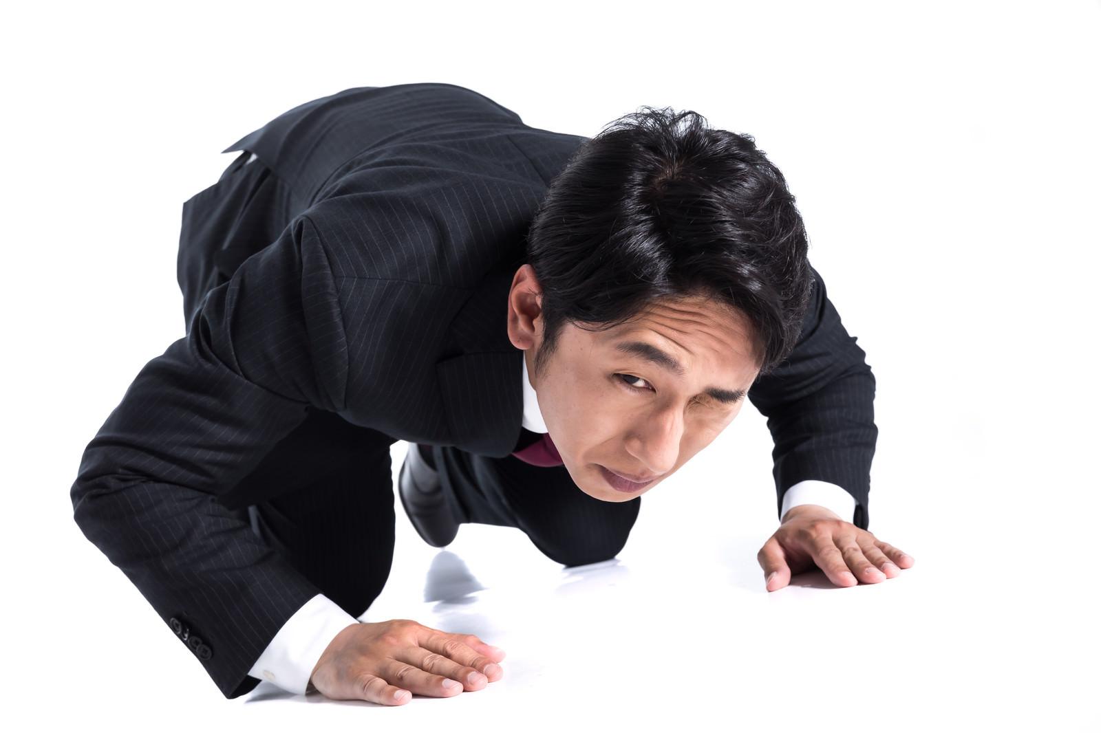 「隣にいるマネージャーに助けを求める」の写真[モデル:大川竜弥]