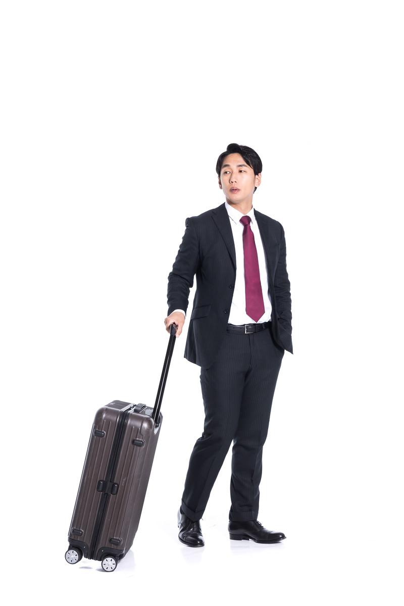 「出張帰りのビジネスマン」の写真[モデル:大川竜弥]