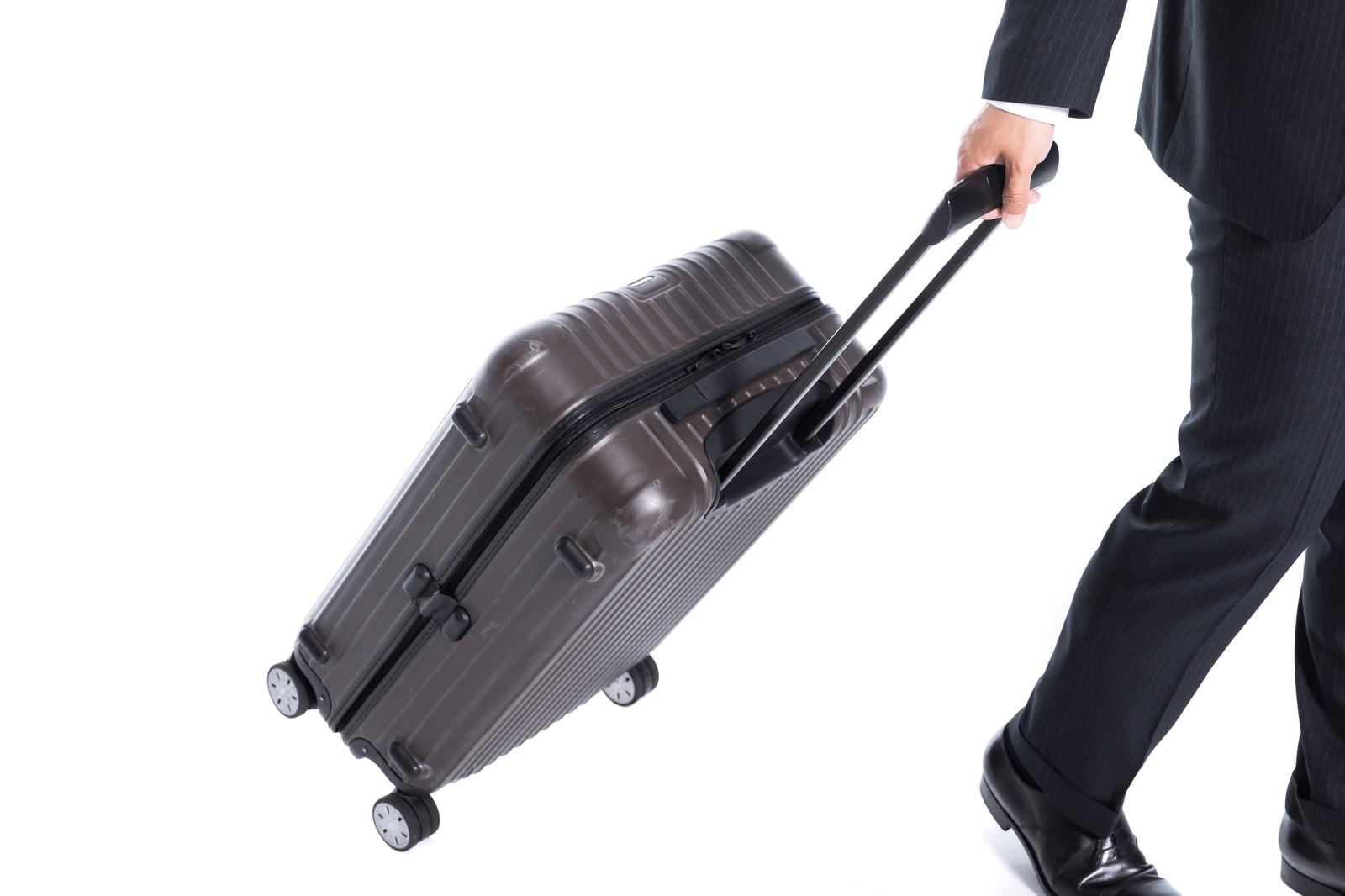 「伸縮ハンドル式のスーツケース」の写真[モデル:大川竜弥]