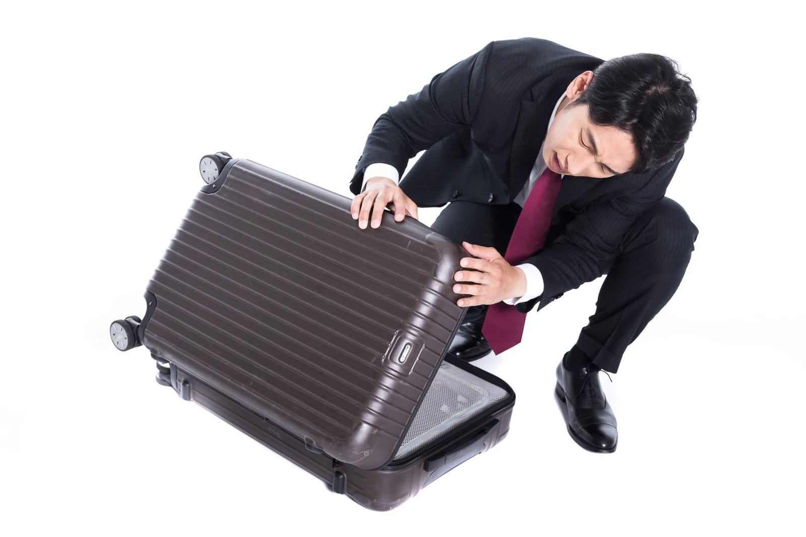 「レンタルスーツケースに傷をつけてしまった会社員」の写真[モデル:大川竜弥]