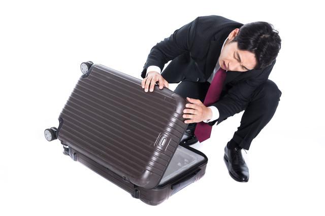 レンタルスーツケースに傷をつけてしまった会社員の写真