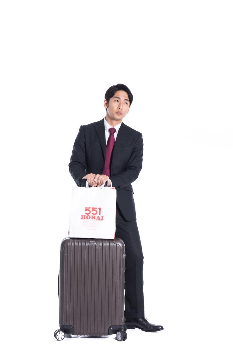 「関西から出張帰りのビジネスマン」の写真[モデル:大川竜弥]