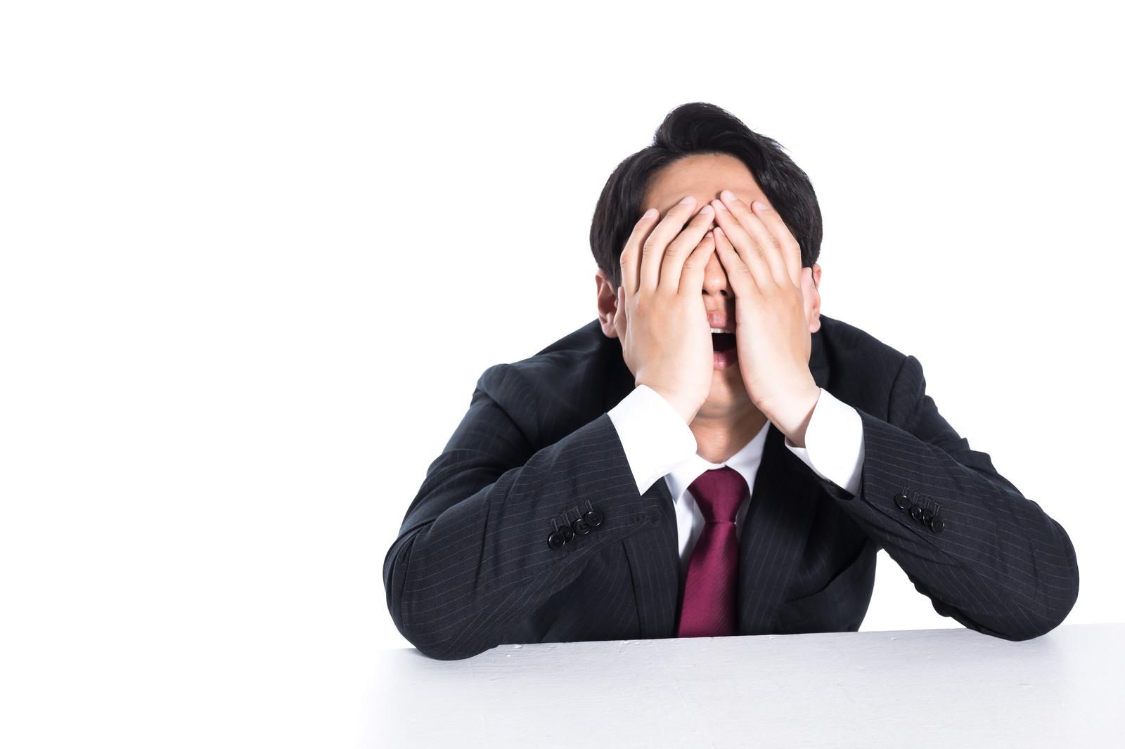 「不正がバレた男性会社員」の写真[モデル:大川竜弥]