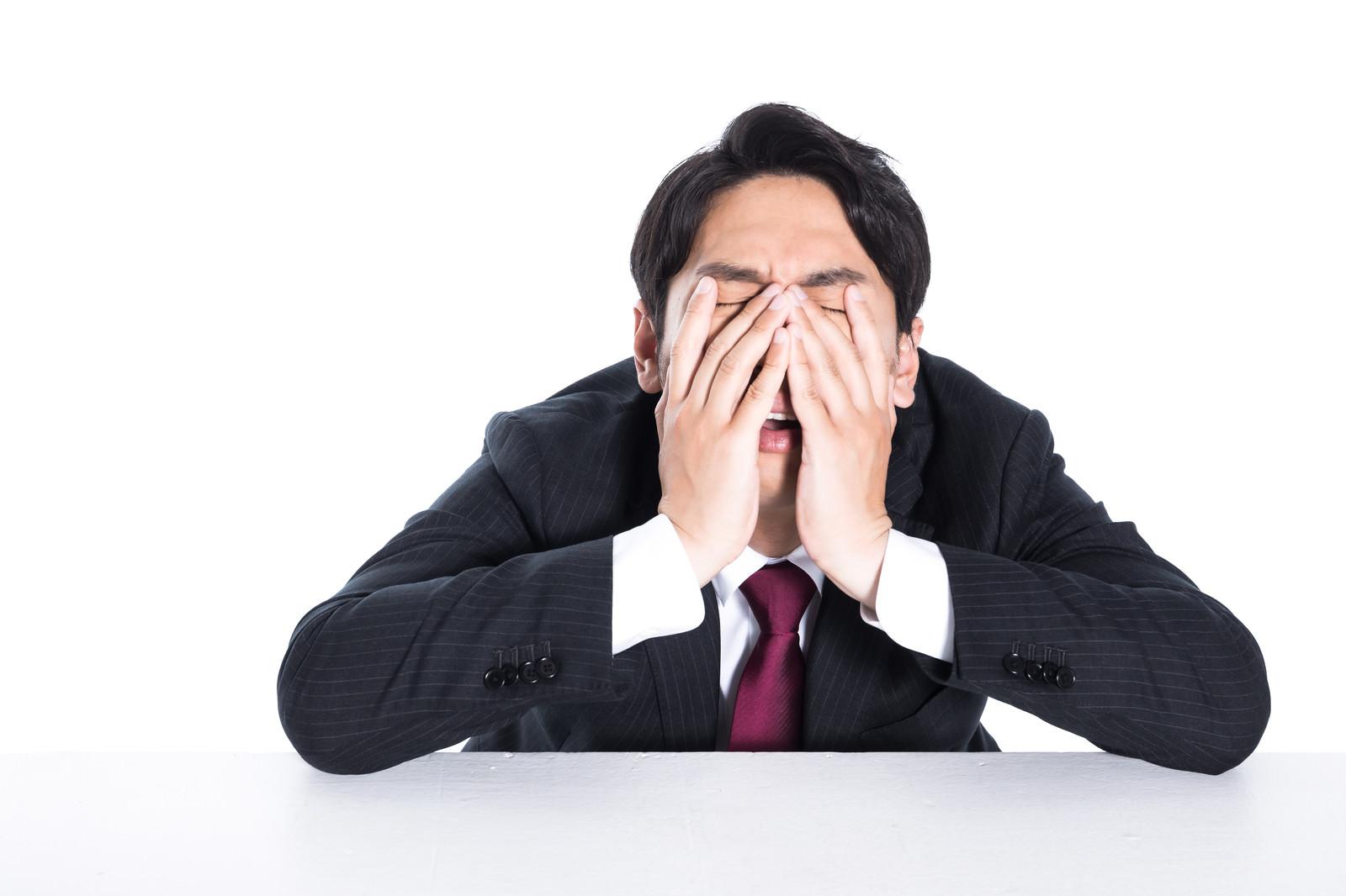 「こんなブラック企業で働きたくないと苦しむ35年ローン男性」の写真[モデル:大川竜弥]