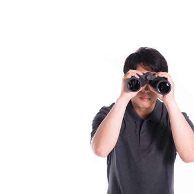 浮気調査中の探偵の写真