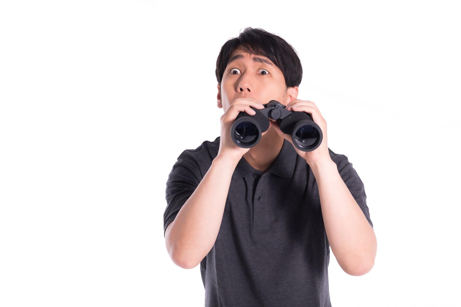 「監視中にハプニングを見つけた瞬間」の写真[モデル:大川竜弥]