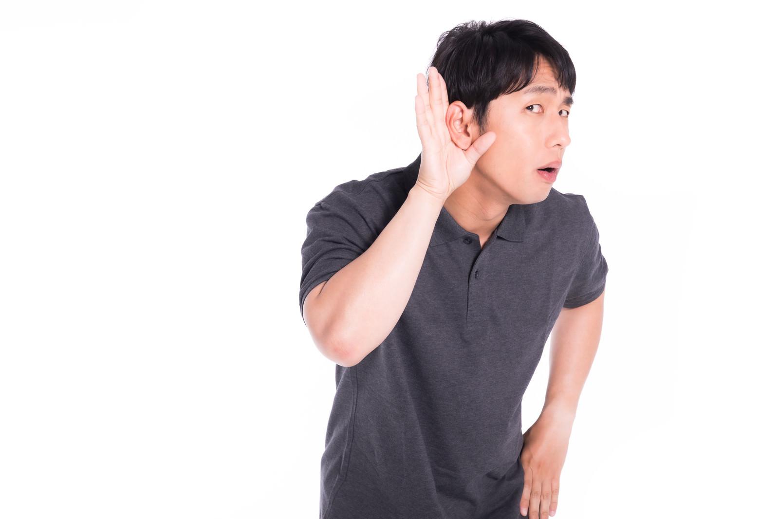 「挑発的な態度を取るクレーマー」の写真[モデル:大川竜弥]