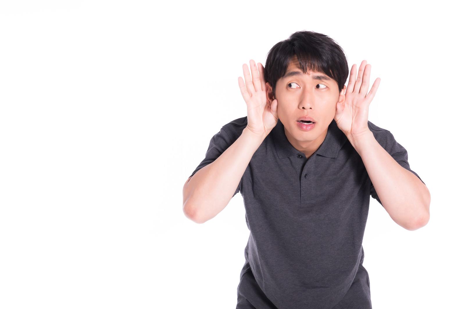 「近隣住民の騒音に悩む男性」の写真[モデル:大川竜弥]