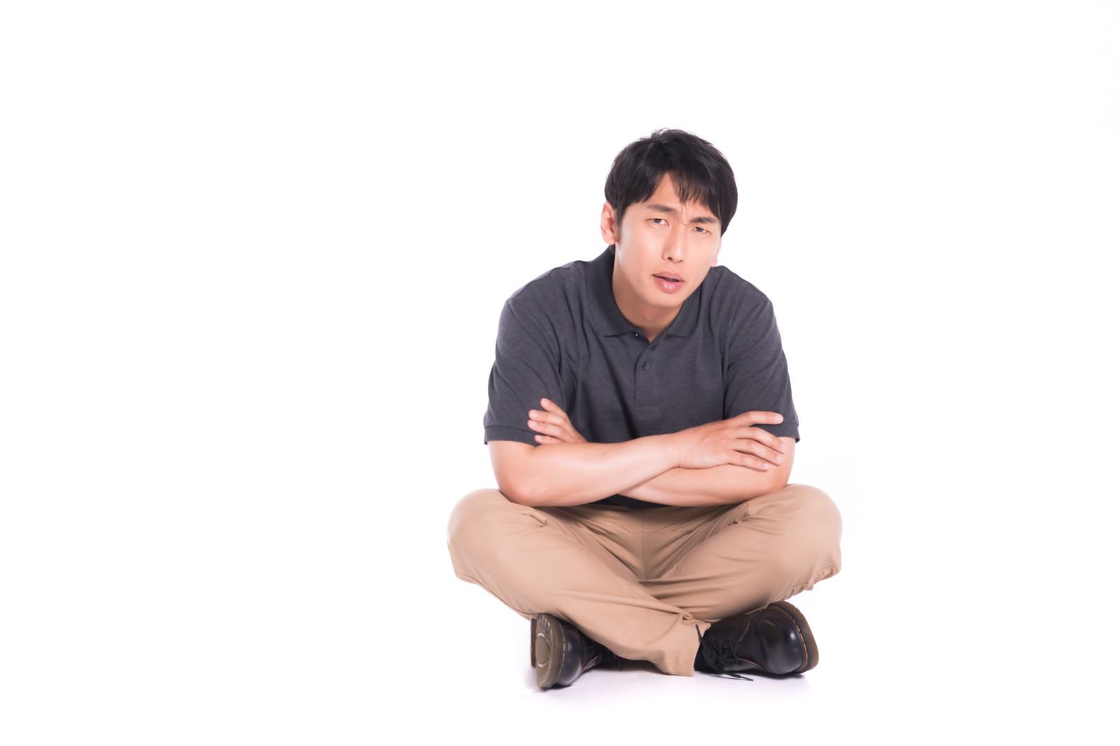 「座り込んで動かないクレーマー」の写真[モデル:大川竜弥]
