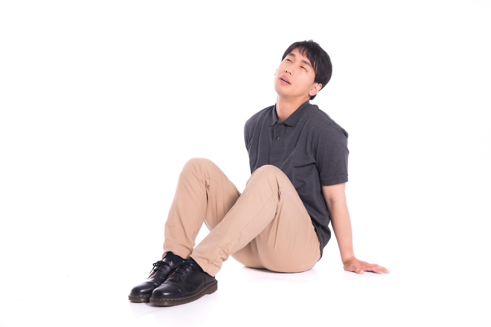 「疲れて座り込む男性」の写真[モデル:大川竜弥]