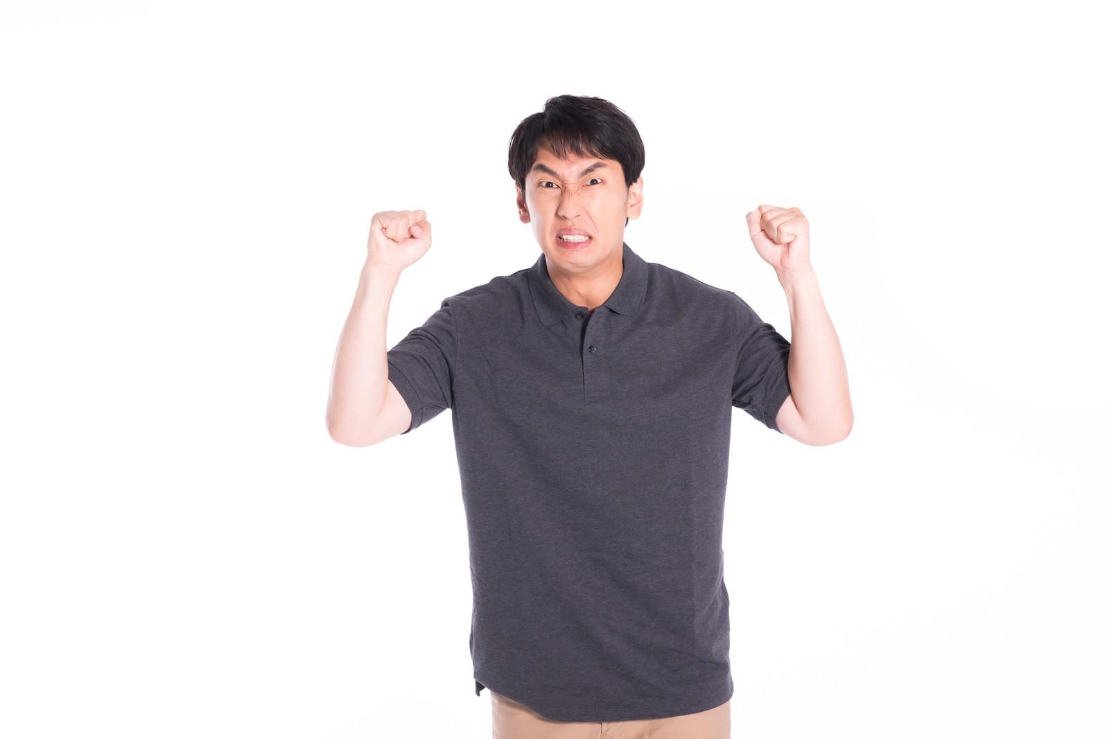 「激怒する男性」の写真[モデル:大川竜弥]