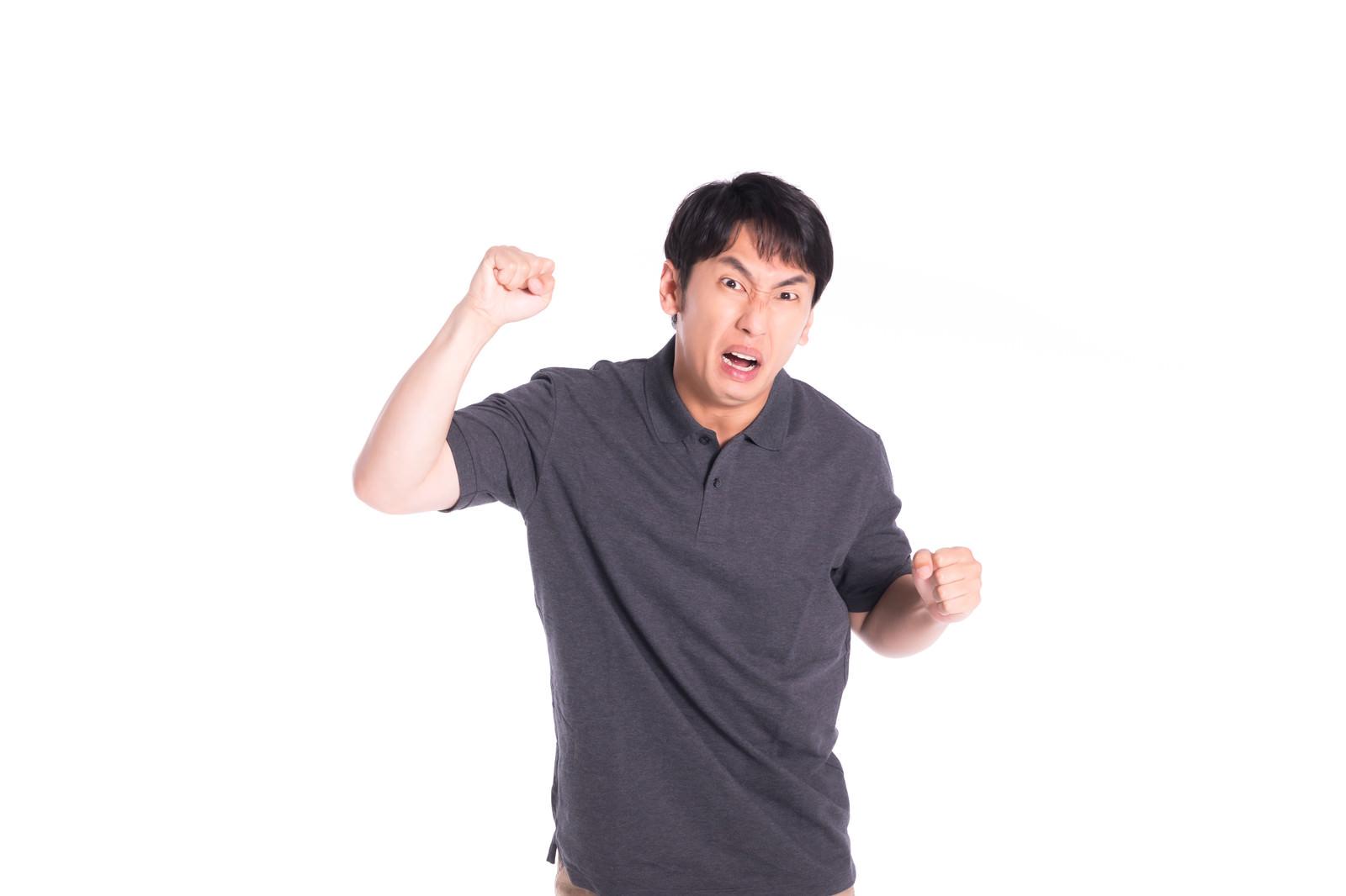 「拳を振り上げるモンスタークレーマー」の写真[モデル:大川竜弥]