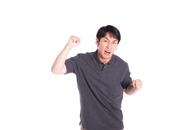 拳を振り上げるモンスタークレーマーの写真