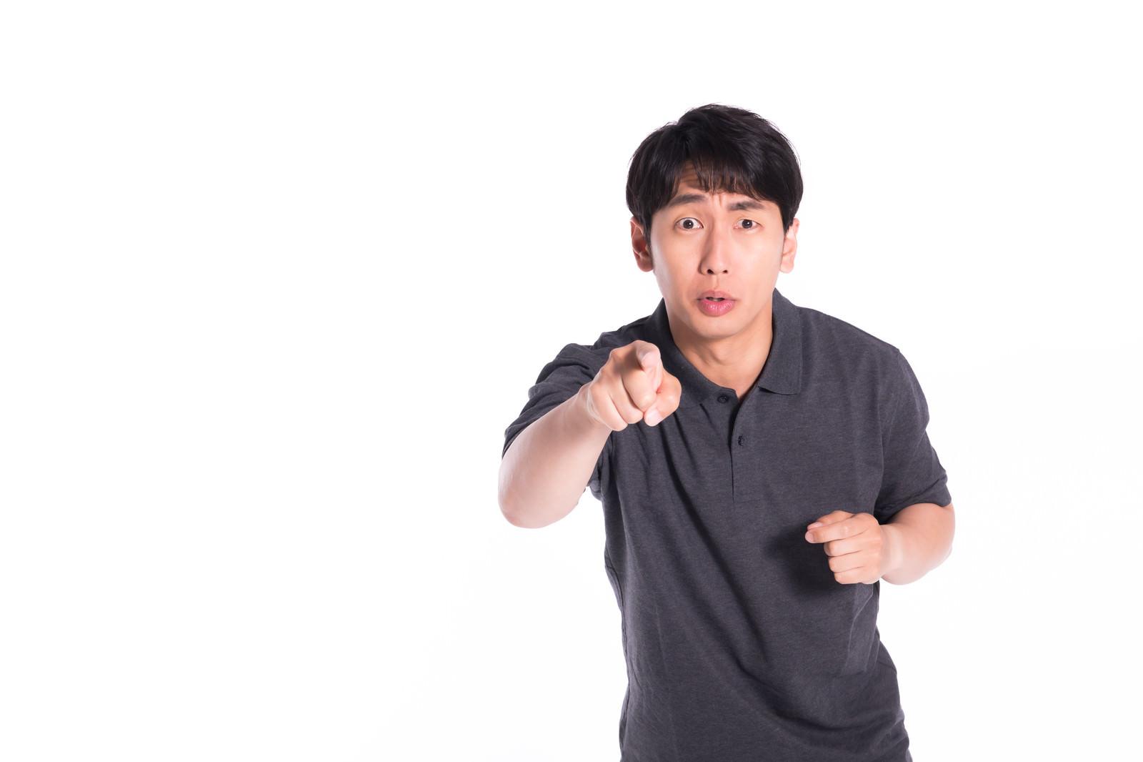 「誇大広告だとイチャモンをつける男性」の写真[モデル:大川竜弥]