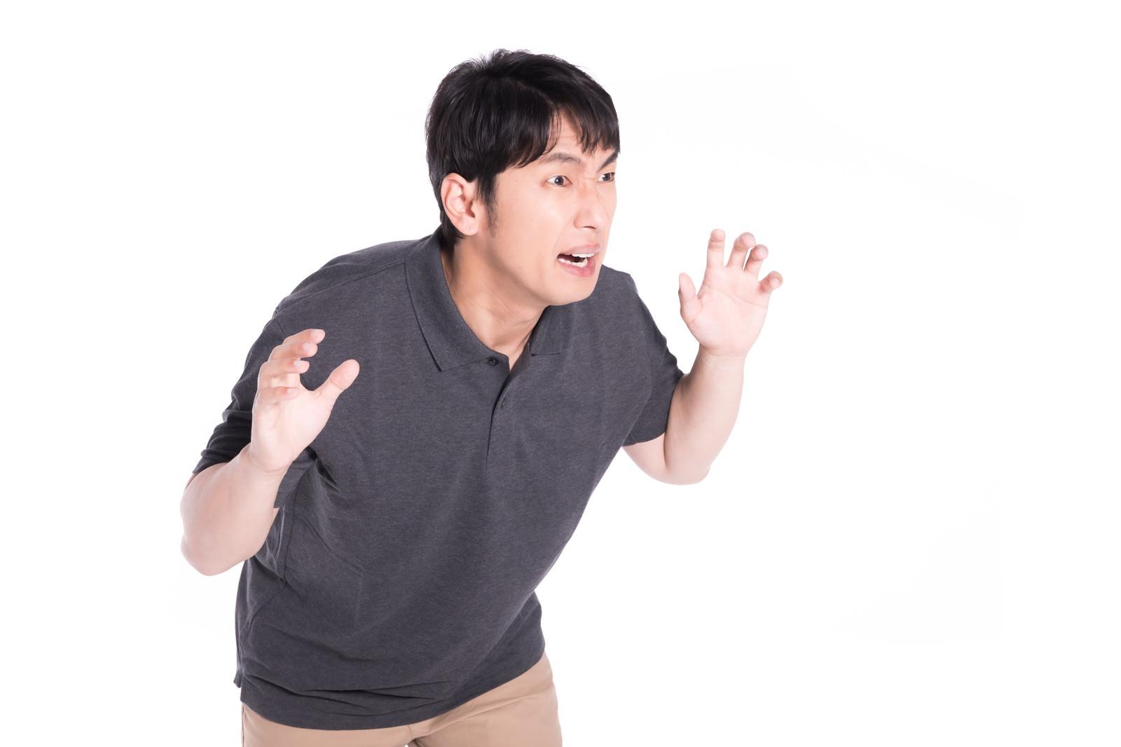「大きな声で威嚇する男性」の写真[モデル:大川竜弥]