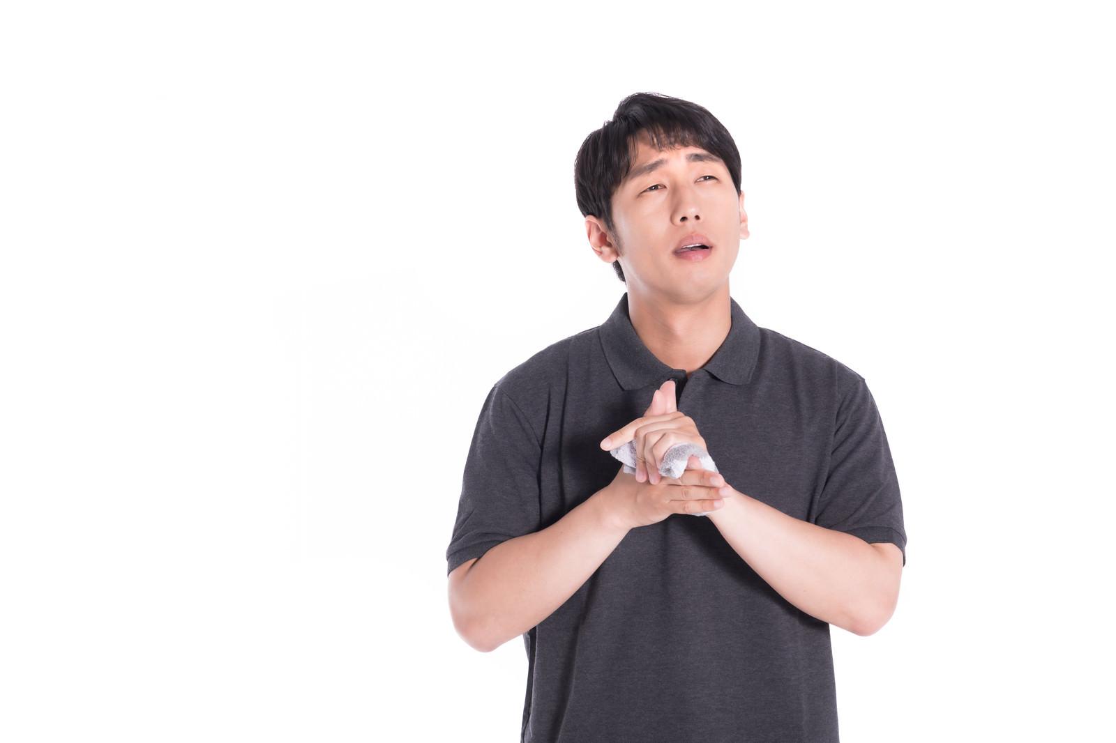 「念入りに手を洗う男性」の写真[モデル:大川竜弥]
