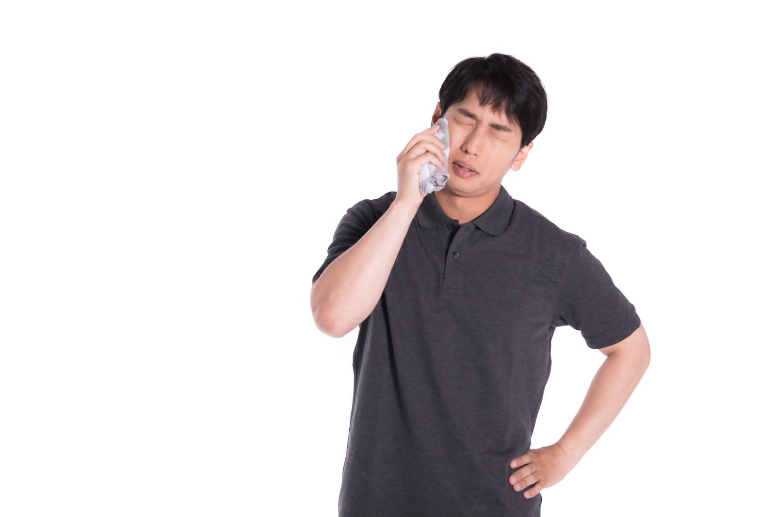 「緊張して汗がとまらない男性」の写真[モデル:大川竜弥]