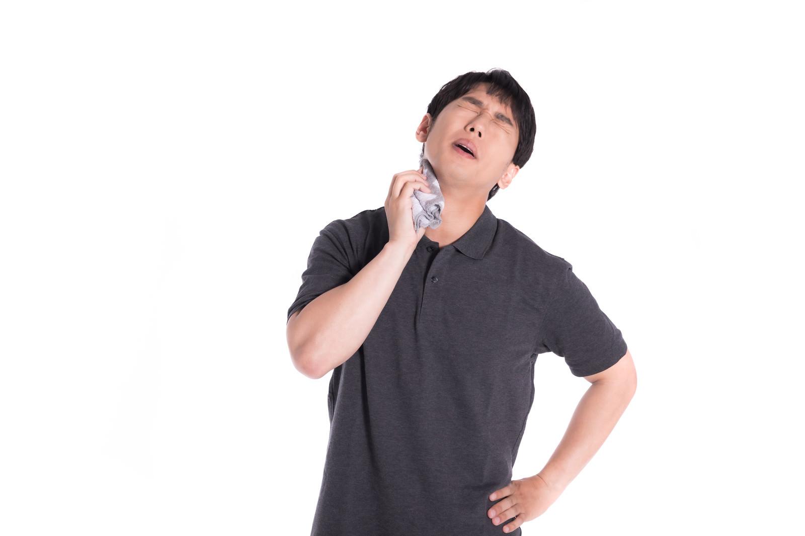 「ハンカチが手放せない汗っかき」の写真[モデル:大川竜弥]