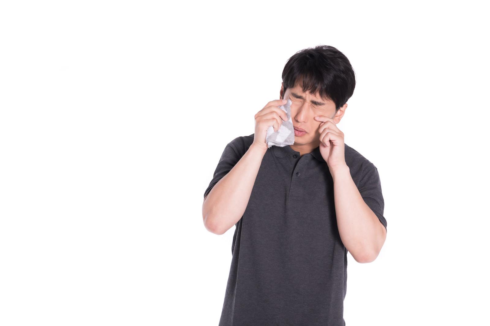 「感動してハンカチで涙を拭う男性」の写真[モデル:大川竜弥]