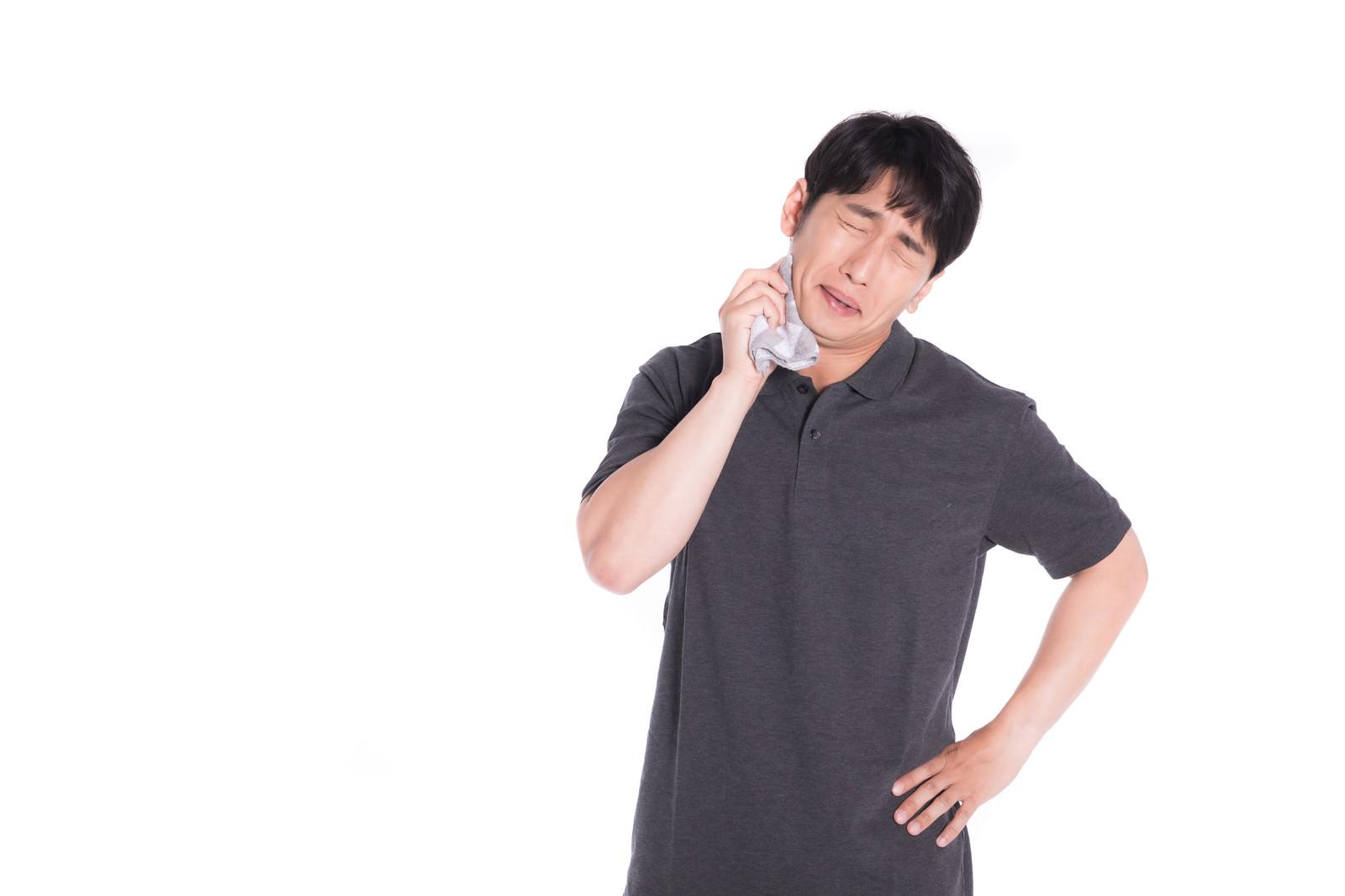 「ハンカチで汗を拭く男性 | ぱくたそフリー素材」の写真[モデル:大川竜弥]
