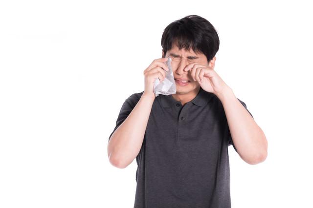 人目もはばからず号泣する男性の写真