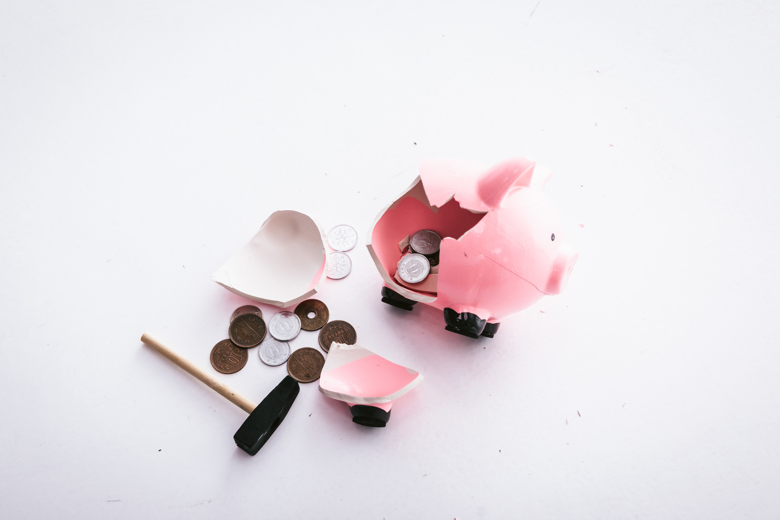 「割れた豚の貯金箱」の写真