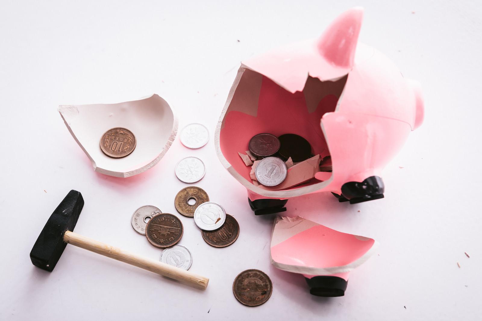 「貯金箱をぶっ壊す」の写真