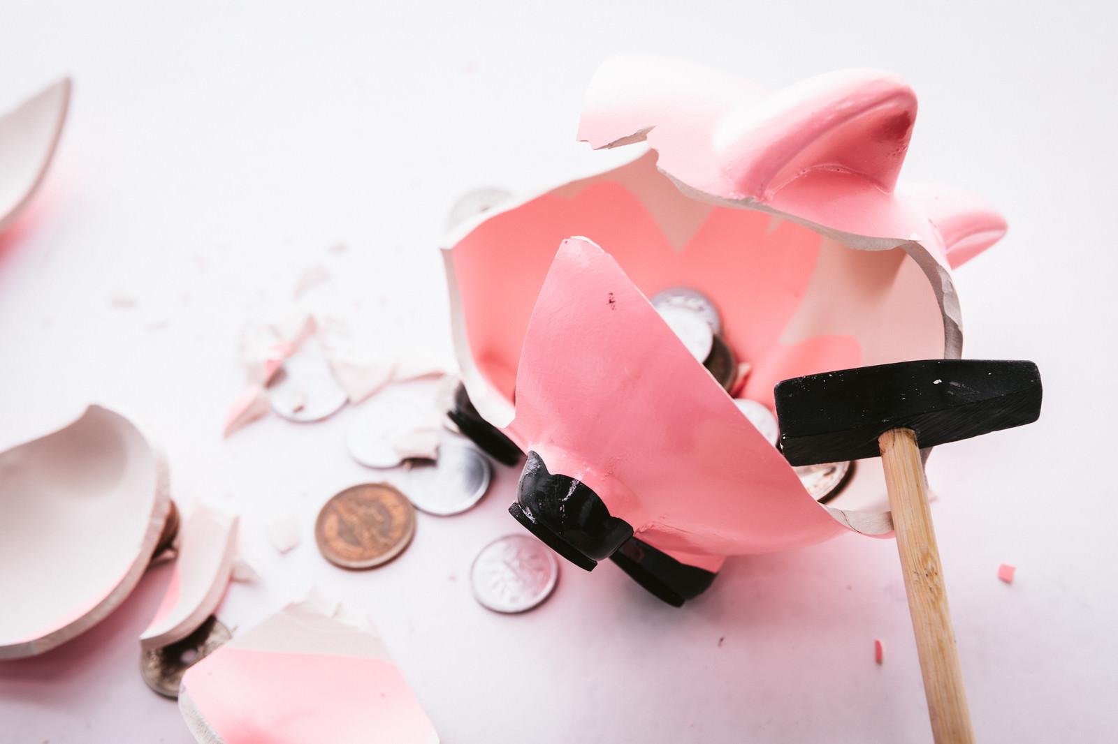 「ハンマーで貯金箱を壊す様子」の写真