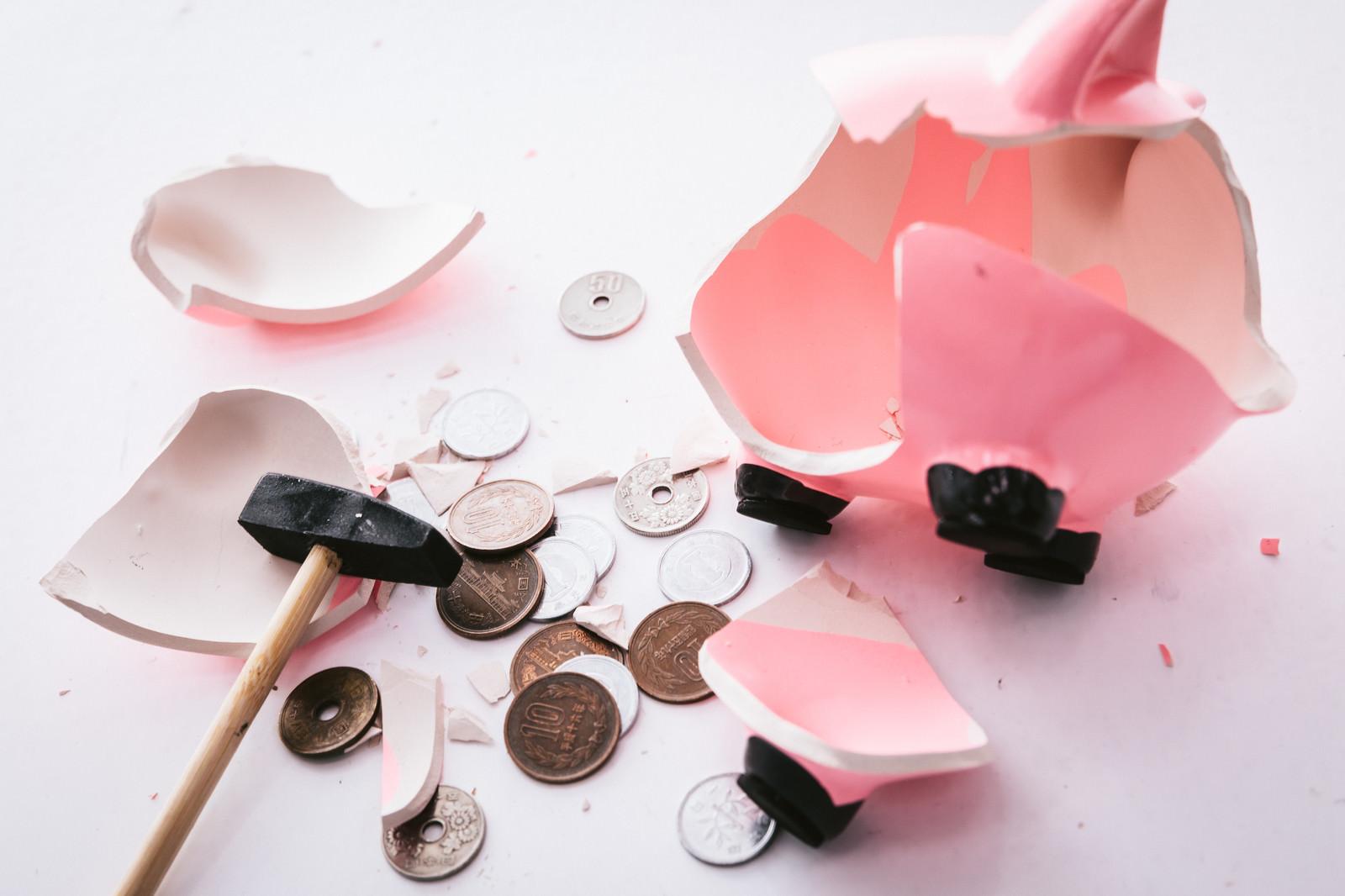 「せっかく貯金箱を壊したのに小銭だけだった」の写真
