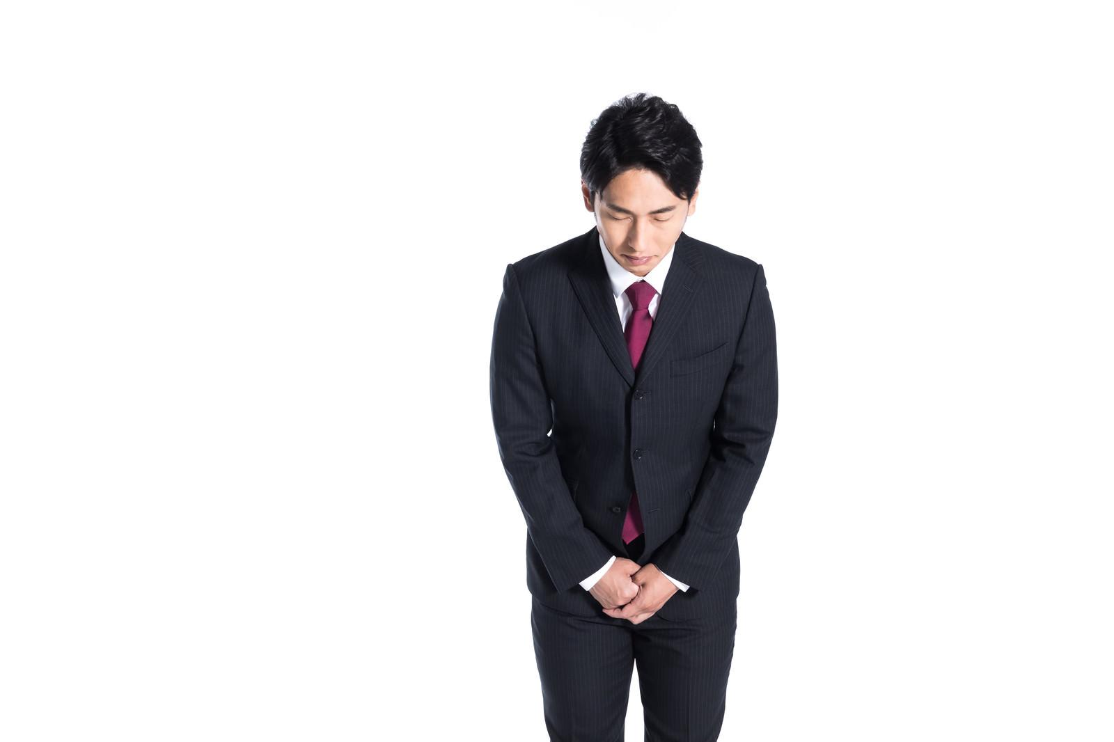 「軽く会釈する部下」の写真[モデル:大川竜弥]