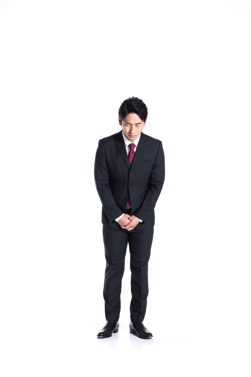 「謹んでお詫び申し上げる会社員」の写真[モデル:大川竜弥]