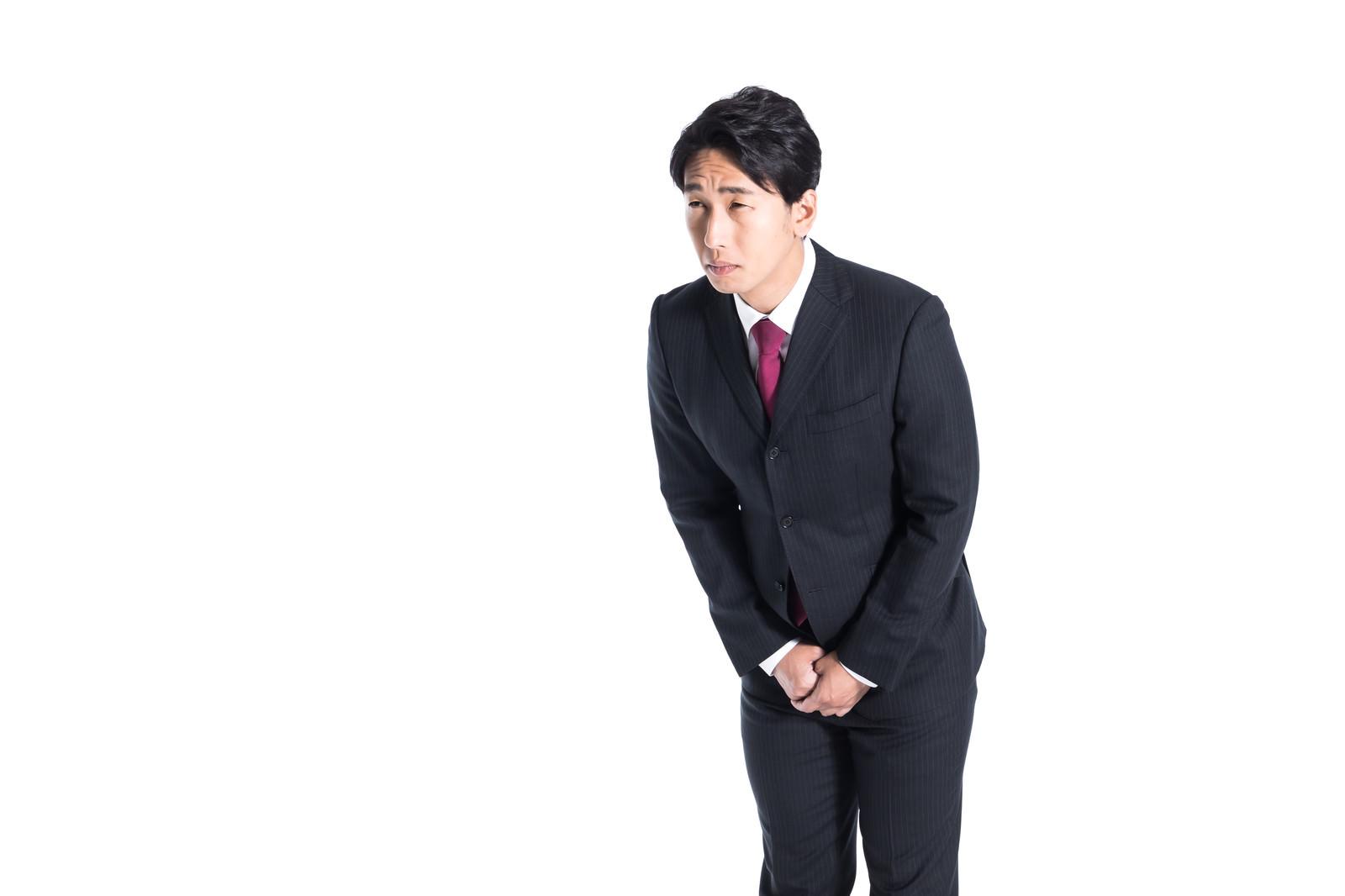 「お辞儀をする会社員(15度)」の写真[モデル:大川竜弥]