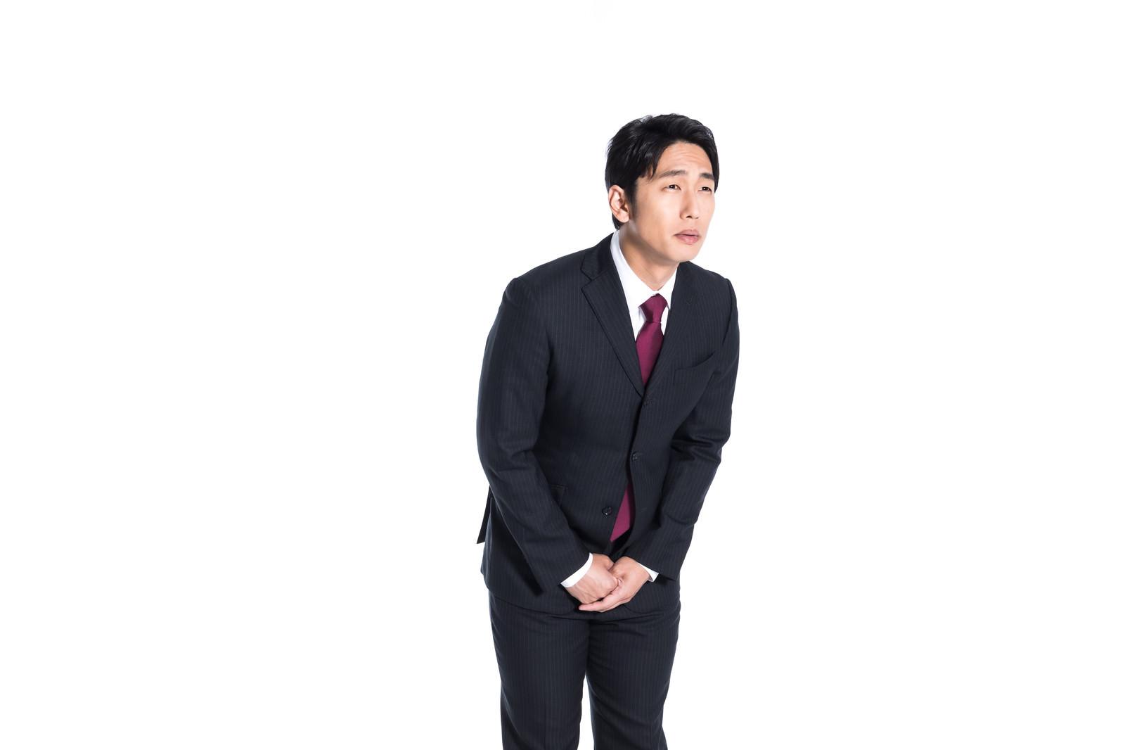 「批判を受け止める会社員」の写真[モデル:大川竜弥]