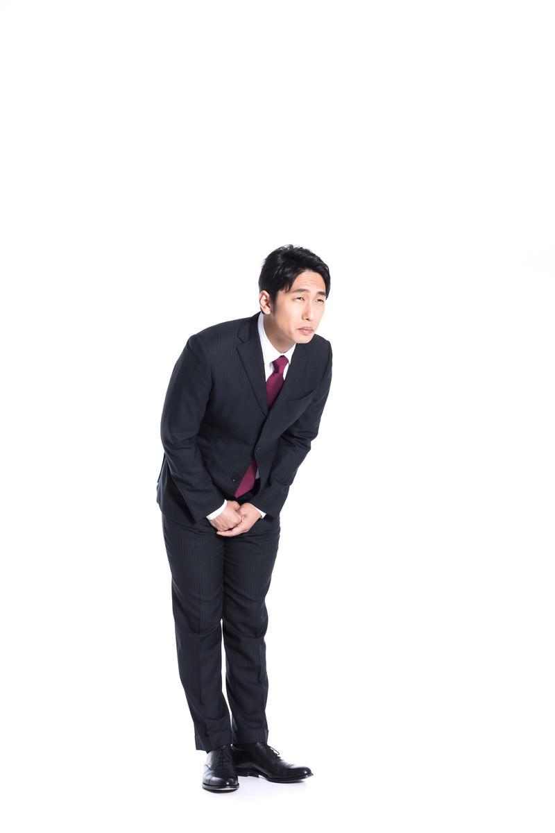 「「申し訳ありません」を連呼する担当者」の写真[モデル:大川竜弥]
