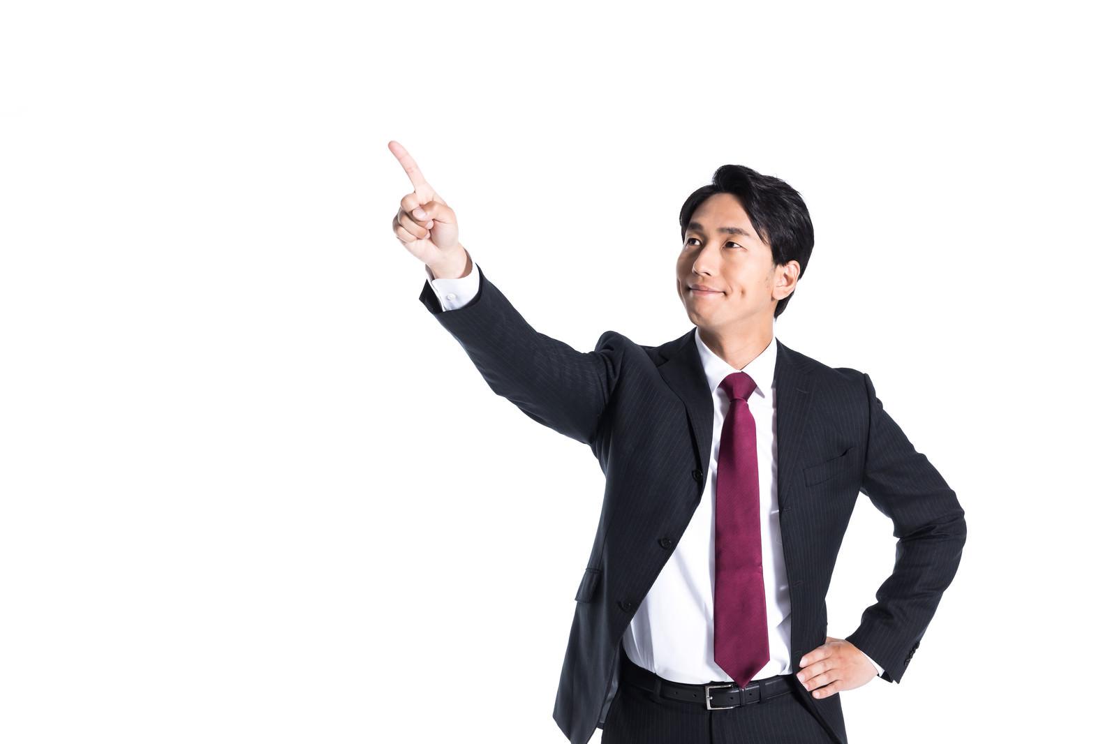 「目標数値を指さす会社員」の写真[モデル:大川竜弥]