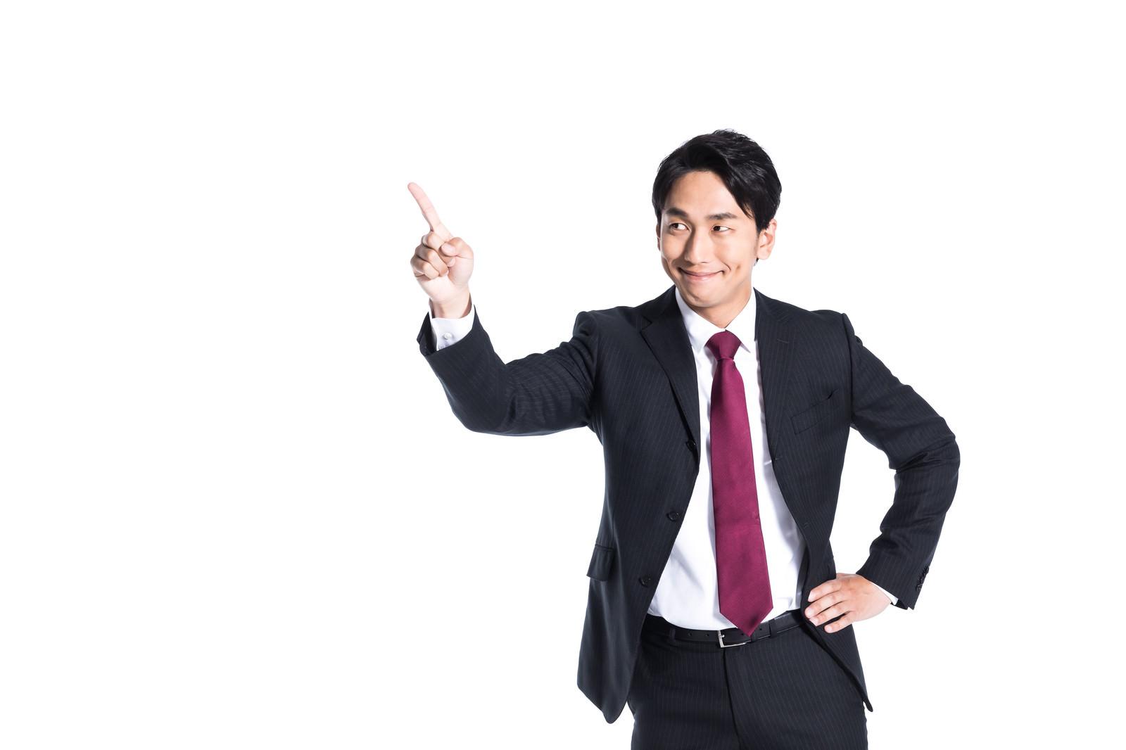 「目標数値達成に満足する営業マン」の写真[モデル:大川竜弥]