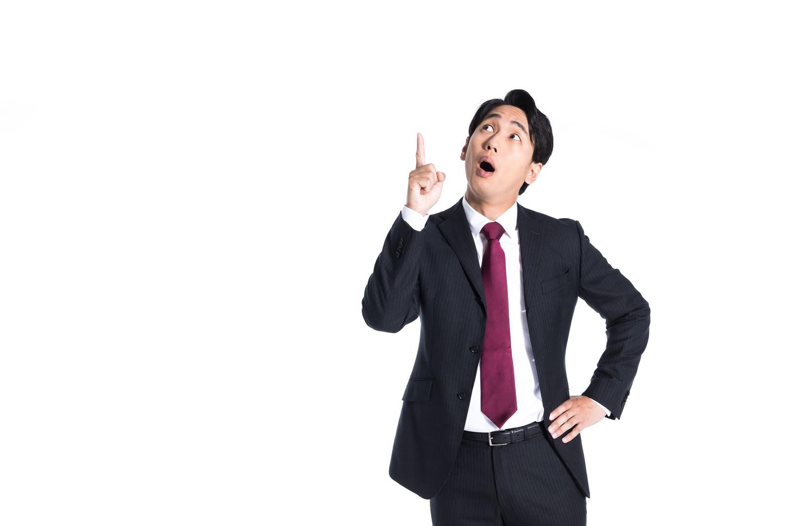 「上部のバナーにびっくり驚くスーツ男子」の写真[モデル:大川竜弥]