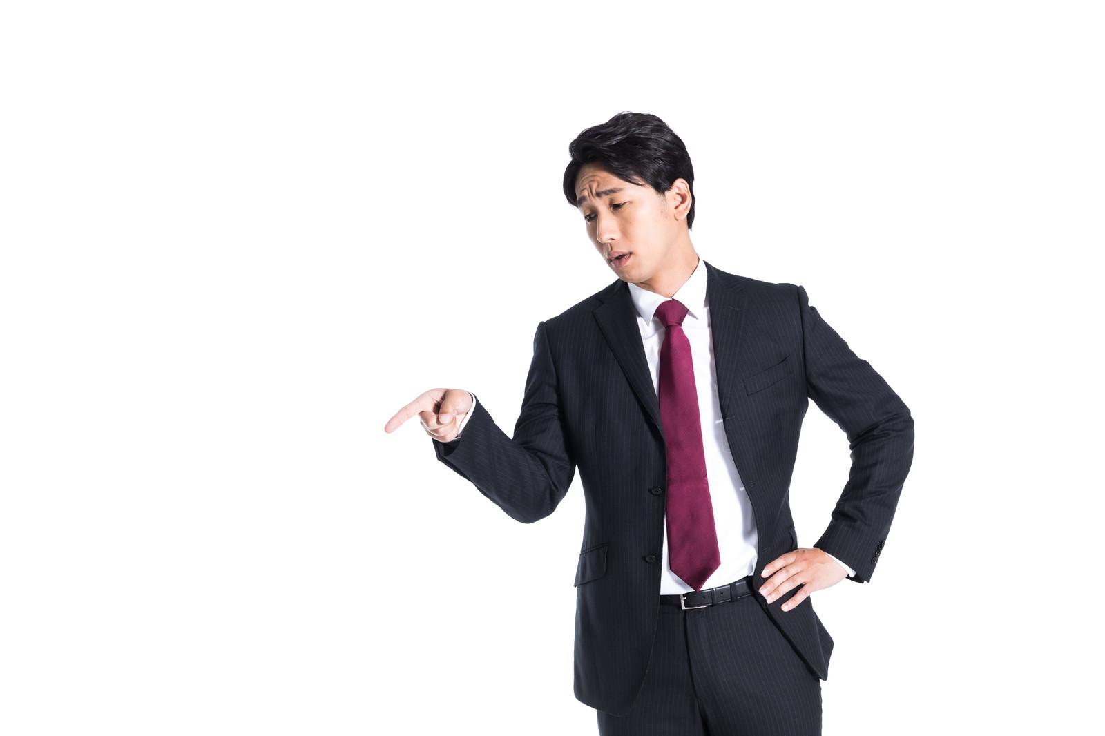 「右肩下がりの業績を指摘する上司」の写真[モデル:大川竜弥]