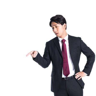 右肩下がりの業績を指摘する上司の写真