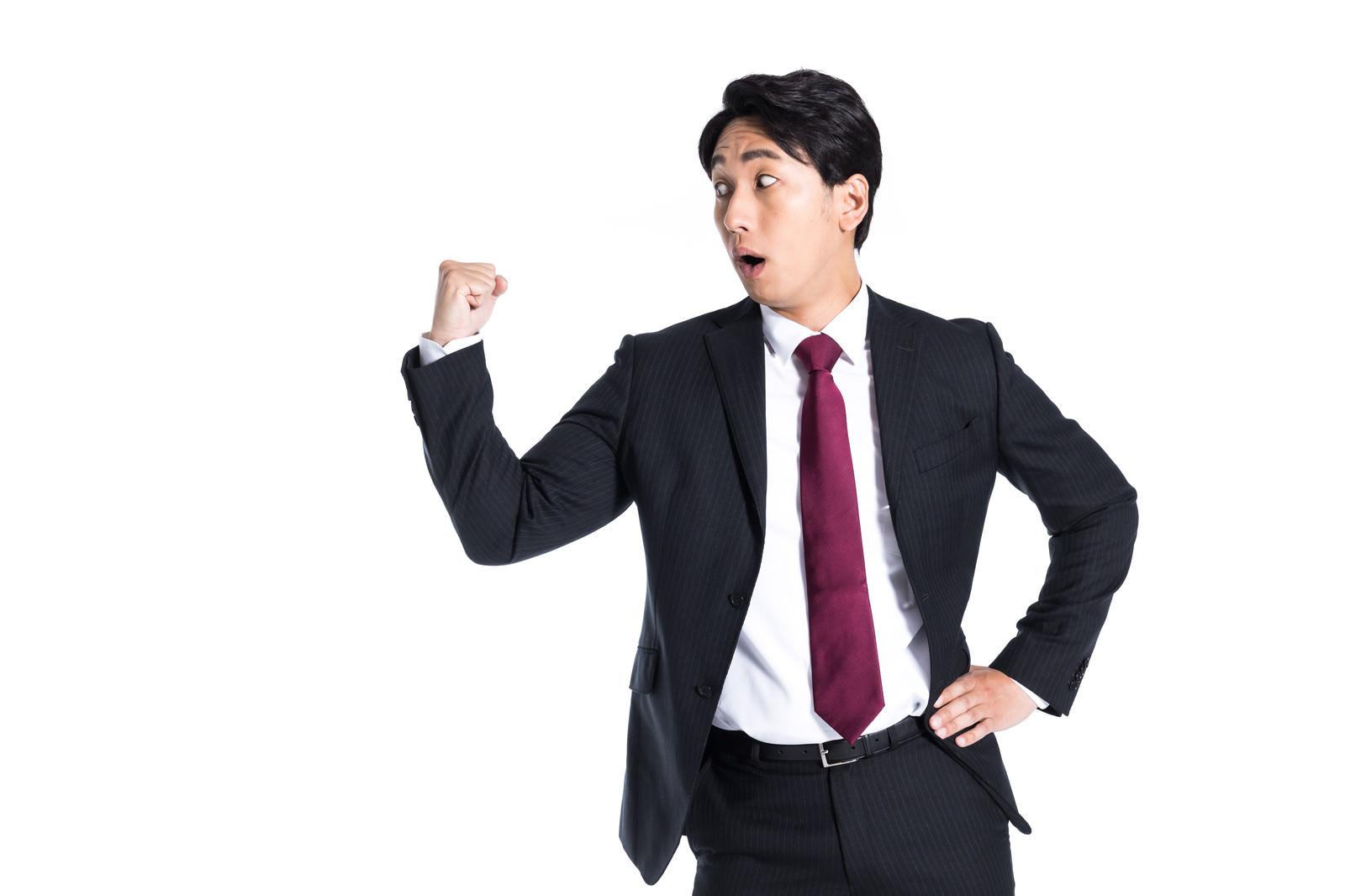 「気づいたら拳を振り上げてたセルフパワハラ」の写真[モデル:大川竜弥]