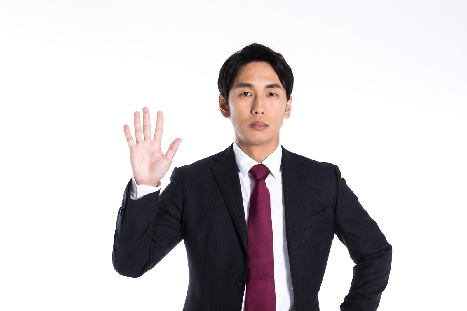 「指を五本立てる男性」の写真[モデル:大川竜弥]