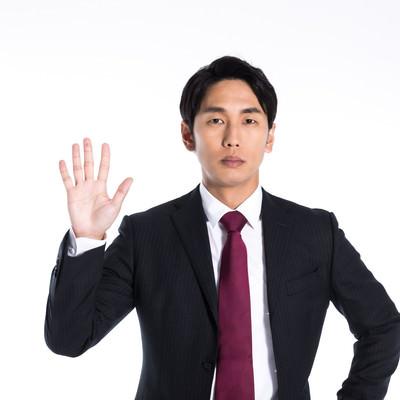 指を五本立てる男性の写真