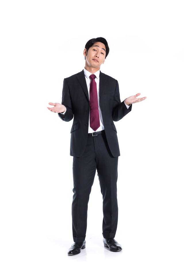 「ワカリマセ〜ン」ととぼける会社員の写真